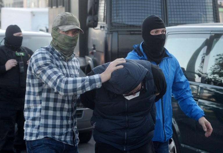 Des policiers biélorusses arrêtent un participant lors d'un rassemblement pour protester contre les résultats de l'élection présidentielle à Minsk, en Biélorussie, le 20 septembre 2020.