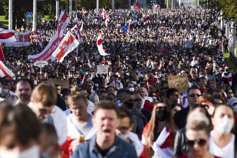 MINSK, BELARUS - 20 SEPTEMBRE: Des partisans de l'opposition biélorusse participent à un rassemblement contre les résultats de l'élection présidentielle, dans le centre de Minsk, en Biélorussie, le 20 septembre 2020. Grâce à un compte de médias sociaux, un appel a été lancé pour bloquer le palais présidentiel et la Cour suprême à Minsk et organiser des manifestations dans tout le pays.  (Photo par Marina Serebryakova / Agence Anadolu via Getty Images)
