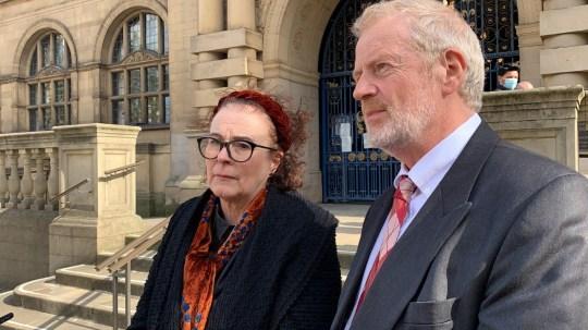 Charles dan Liz Ritchie berbicara di luar Balai Kota Sheffield.