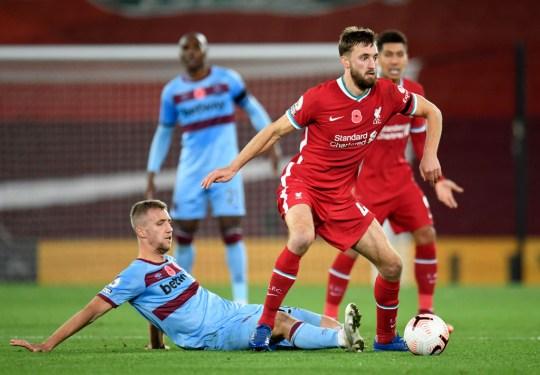 Nathaniel Phillips court avec le ballon lors de l'affrontement de Liverpool avec West Ham