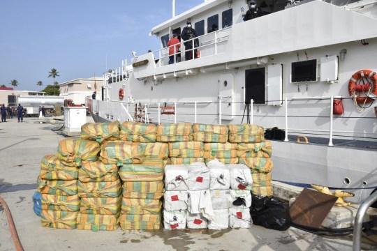 Le personnel de la Royal Navy saisit 160 millions de livres sterling de drogue dans les Caraïbes dans le cadre d'une saisie avec les Royal Marines, les équipes de la garde côtière américaine et une marine néerlandaise