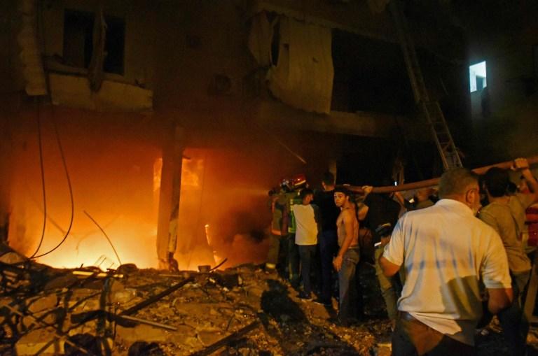 Les pompiers éteignent un incendie dans un bâtiment après l'explosion d'un réservoir de carburant dans le quartier de Tariq al-Jdide à Beyrouth le 9 octobre 2020. - Une explosion de réservoir de carburant a déclenché un incendie et fait des victimes dans la capitale libanaise Beyrouth qui a déclenché la panique dans une ville déjà ravagée par le dernier l'explosion de monstre du mois, ont déclaré les sauveteurs.