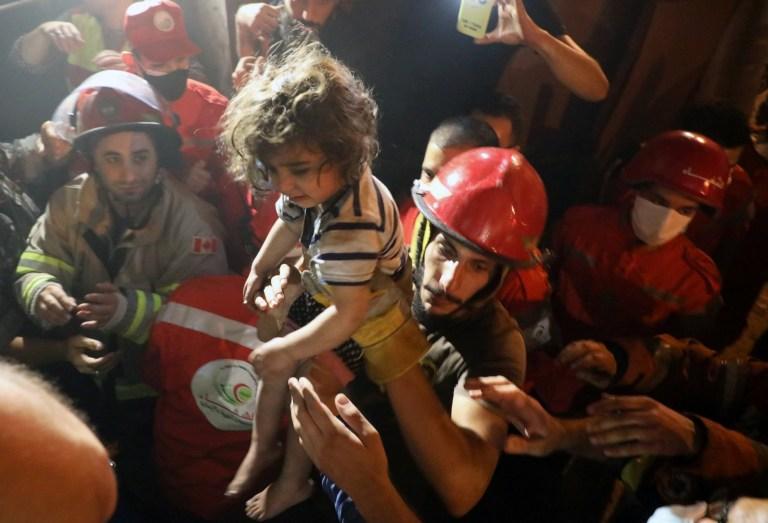 Les sauveteurs portent un enfant qui a été évacué d'un bâtiment après l'explosion d'un réservoir de carburant dans le quartier al-Tariq al-Jadida de Beyrouth, au Liban, le 9 octobre 2020.