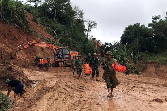 epa08754550 Secouristes en action lors d'une opération de recherche de personnes disparues après un glissement de terrain qui a laissé au moins 22 soldats disparus Province de Quang Tri, Vietnam, 18 octobre 2020. EPA / STR VIETNAM OUT EDITORIAL USE ONLY / PAS DE VENTES