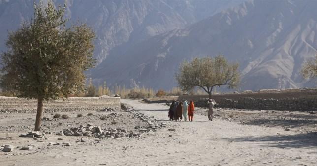 Les gens qui marchent sur une route de terre à Skardu, au nord du Pakistan.