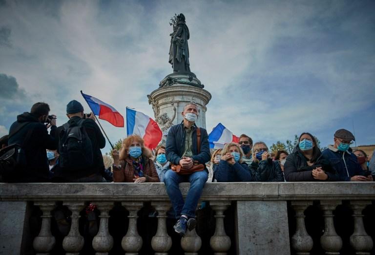 Des milliers de personnes emballent Place de la République pour une veillée antiterroriste pour le professeur assassiné Samuel Paty qui a été tué dans un attentat terroriste dans la banlieue de Paris le 18 octobre 2020 à Paris, France.