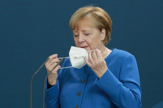 La chancelière allemande Angela Merkel enlève son masque avant de parler aux médias lors d'une conférence de presse avec le Premier ministre irakien Mustafa Al-Kadhimi à la chancellerie le 20 octobre 2020 à Berlin, en Allemagne.  Merkel et Al-Kadhimi se sont rencontrés pour discuter d'un certain nombre de questions internationales et bilatérales