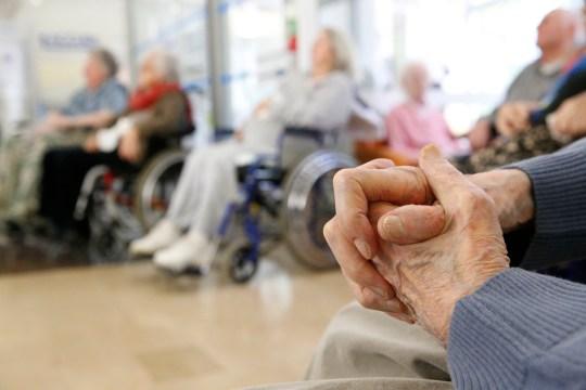 Les personnes âgées étaient assises dans des fauteuils roulants
