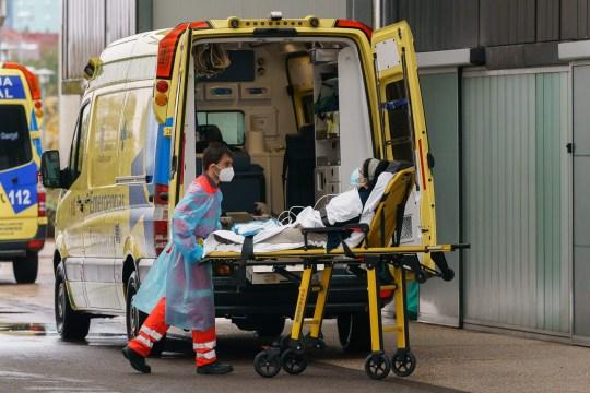 Un ambulancier ambulancier fait sortir une femme d'une ambulance devant l'hôpital de Burgos à Burgos, dans le nord de l'Espagne, le 21 octobre 2020, le premier jour d'un verrouillage de deux semaines pour tenter de limiter la contagion du nouveau coronavirus COVID-19 dans le zone.  - L'Espagne est devenue l'un des points chauds de la pandémie dans l'Union européenne, avec près de 975 000 cas enregistrés et près de 34 000 décès.  (Photo par Cesar Manso / AFP) (Photo par CESAR MANSO / AFP via Getty Images)