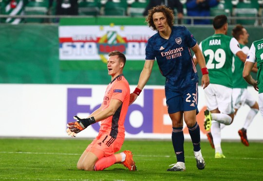 Luiz saltó a la defensa del portero del Arsenal Bernd Leno
