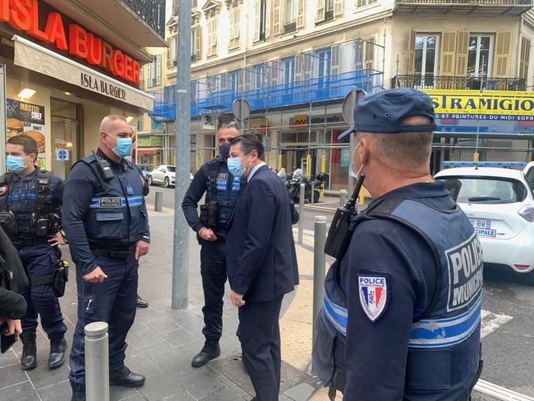 Je suis sur place avec le @ PoliceNat06 et le @pmdenice qui ont arrêté l'auteur de l'attaque.  Je confirme que tout suggère une attaque terroriste dans la basilique Notre-Dame de # Nice06.  Christian Estrosi @cestrosi