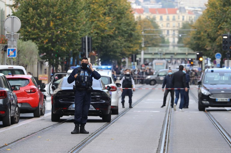 Des policiers français montent la garde dans une rue après une attaque au couteau à Nice le 29 octobre 2020. - Un homme brandissant un couteau devant une église de la ville de Nice, dans le sud de la France, a tranché la gorge d'une personne, laissant un autre mort et blessé plusieurs autres dans un attaque jeudi matin, ont indiqué des responsables.  L'agresseur présumé a été arrêté peu de temps après, a indiqué une source policière, tandis que le ministre de l'Intérieur Gerald Darmanin a déclaré sur Twitter qu'il avait convoqué une réunion de crise après l'attaque.  (Photo par Valery HACHE / AFP) (Photo par VALERY HACHE / AFP via Getty Images)