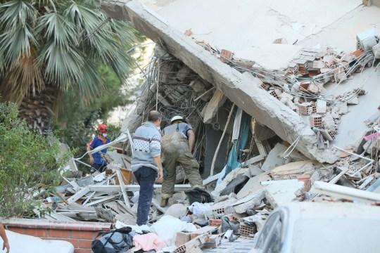 Les travaux de recherche et de sauvetage se poursuivent sur les débris d'un immeuble dans le district de Bayrakli