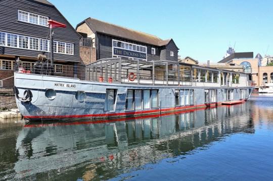 Une péniche incroyablement luxueuse à vendre, basée à St.Katharine Docks à Londres