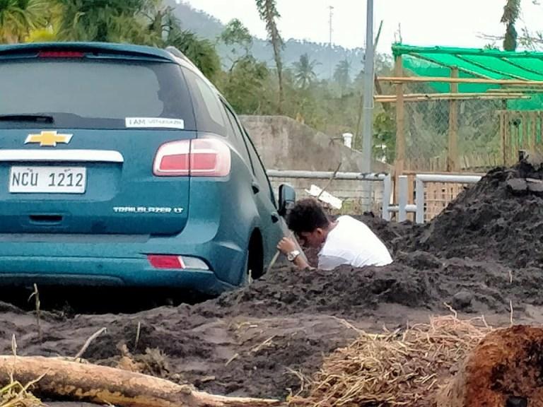 Un résident travaille près d'une voiture coincée dans la boue après que le typhon Goni a balayé Daraga, province d'Albay, Philippines, le 2 novembre 2020, sur cette photo obtenue sur les réseaux sociaux.  David Lee / via REUTERS CETTE IMAGE A ETE FOURNIE PAR UN TIERS.  CRÉDIT OBLIGATOIRE.  PAS DE REVENTE.  PAS D'ARCHIVES.