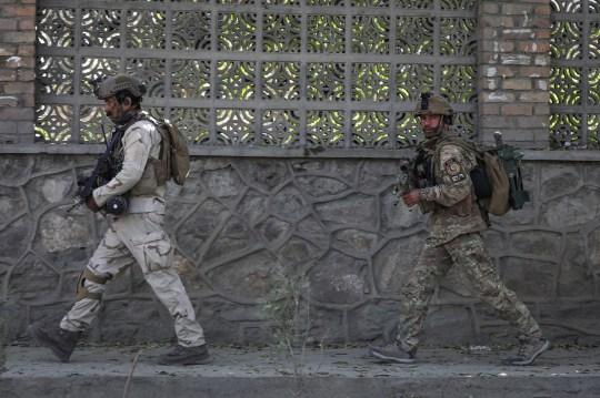 epa08792599 Des responsables de la sécurité afghans arrivent sur les lieux d'une attaque à l'université de Kaboul à Kaboul, en Afghanistan, le 2 novembre 2020. Au moins six personnes ont été blessées après que des hommes armés ont pris d'assaut l'université de Kaboul.  EPA / HEDAYATULLAH AMID