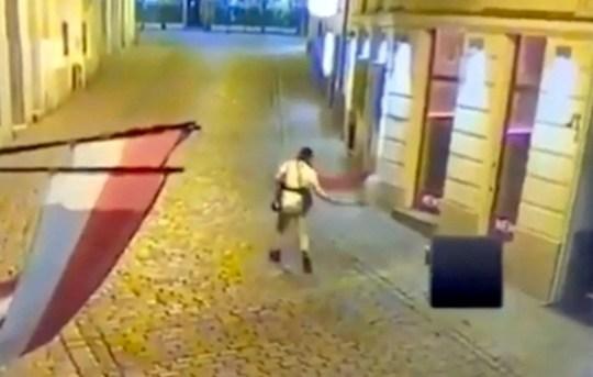 Un terroriste tire sur un passant à bout portant dans une rue de Vienne lors de l'attaque du 2 novembre en Autriche.