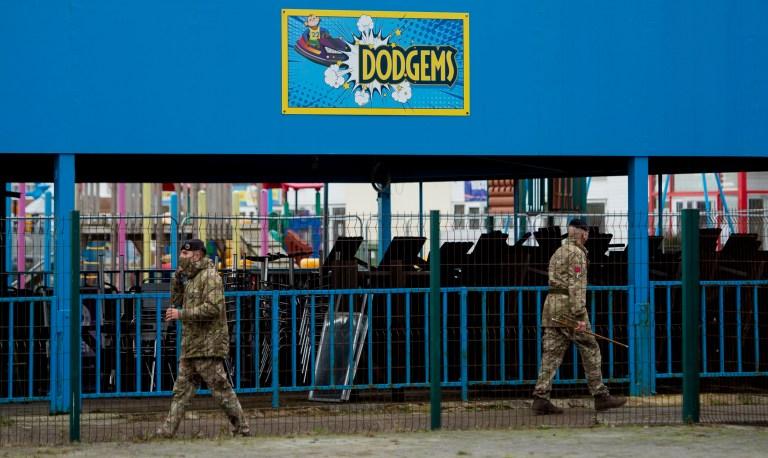 Soldaten van het Britse leger lopen rond het vakantiekamp van Pontins in Southport, waar ze gestationeerd zijn voordat ze operatie Moonshot beginnen, die van plan is om duizenden mensen in Liverpool een Covid-19-test aan te bieden in Liverpool, Groot-Brittannië, 5 november 2020.