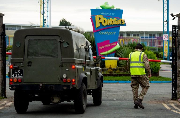 Legervoertuigen arriveren in het vakantiekamp Pontins in Southport, waar het leger is gestationeerd voordat de operatie Moonshot begint, die van plan is om duizenden mensen in Liverpool een Covid-19-test aan te bieden in Liverpool, Groot-Brittannië, 5 november 2020.
