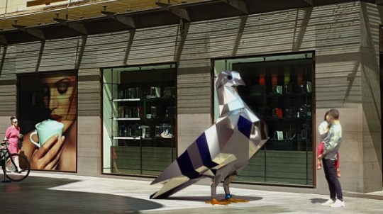 Une sculpture de pigeon géant de 174000 $ divise l'opinion https://www.cityofadelaide.com.au/media-centre/a-dazzling-pigeon-has-landed-in-gawler-place/ Photo: Ville d'Adélaïde