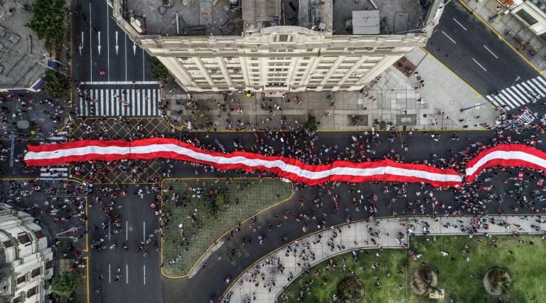 Des manifestants participent à une marche de protestation massive contre le nouveau gouvernement du président Manuel Merino, sur la place San Martin de Lima, à Lima au Pérou, le 14 novembre 2020.