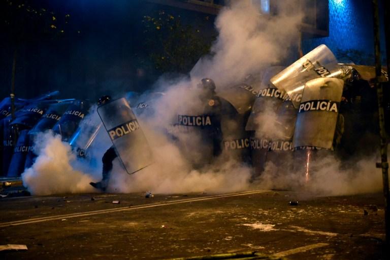 La police anti-émeute affronte les partisans du président déchu péruvien Martin Vizcarra à la suite d'une manifestation contre le gouvernement du président par intérim Manuel Merino à Lima le 14 novembre 2020.