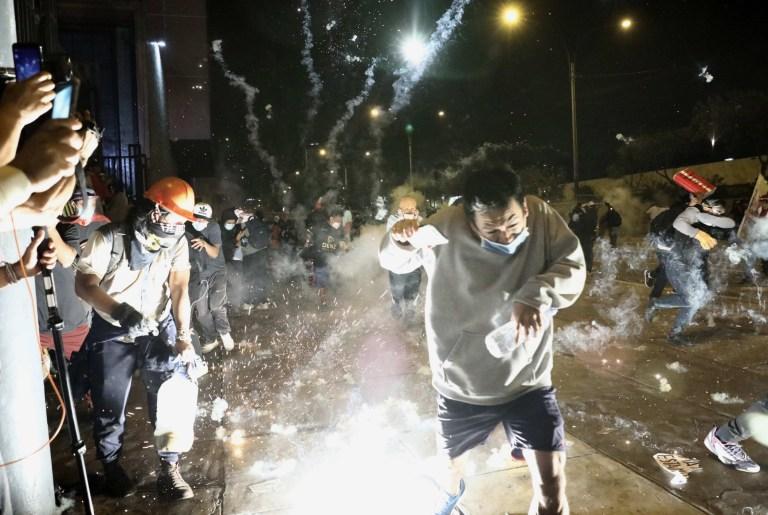 La police et les manifestants s'affrontent lors d'une manifestation contre le nouveau gouvernement du président Manuel Merino, place San Martin de Lima, à Lima, Pérou, le 14 novembre 2020. Merino a pris ses fonctions le 10 novembre au milieu d'un processus constitutionnel controversé après le limogeage de l'ancien président Martin Vizcarra pour «incapacité morale» par le Congrès péruvien.