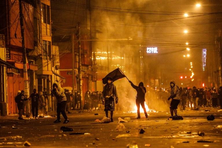 La police et les manifestants s'affrontent lors d'une manifestation contre le nouveau gouvernement du président Manuel Merino, sur la place San Martin de Lima, à Lima, Pérou, le 14 novembre 2020.