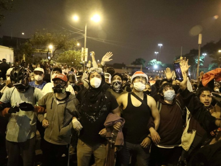 Deux hommes, 22 et 25 ans, morts et davantage blessés lors de manifestations au Pérou après la destitution du président