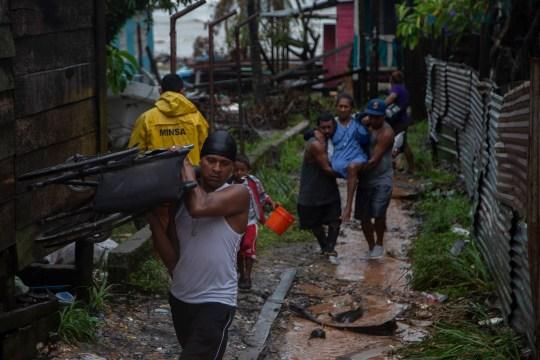 PUERTO CABEZAS, NICARAGUA - 16 NOVEMBRE: Des villageois locaux transportent une femme lors d'une évacuation avant le débarquement de l'ouragan Iota le 16 novembre 2020 à Puerto Cabezas, au Nicaragua. Moins de deux semaines après avoir été à peine touchés par l'ouragan Eta, les villageois de Puerto Cabezas prennent des précautions avant d'atterrir à Iota. Iota est le 13e ouragan de la saison à frapper la côte atlantique et s'est déjà renforcé en catégorie cinq, menaçant la région de vents catastrophiques et de fortes pluies. (Photo par Maynor Valenzuela / Getty Images)