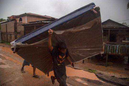 PUERTO CABEZAS, NICARAGUA - 16 NOVEMBRE: Un villageois local porte un sommier lors de l'évacuation avant l'atterrissage de l'ouragan iota le 16 novembre 2020 à Puerto Cabezas, au Nicaragua. Moins de deux semaines après avoir été à peine touchés par l'ouragan Eta, les villageois de Puerto Cabezas prennent des précautions avant d'atterrir à Iota. Iota est le 13e ouragan de la saison à frapper la côte atlantique et s'est déjà renforcé en catégorie cinq, menaçant la région de vents catastrophiques et de fortes pluies. (Photo par Maynor Valenzuela / Getty Images)