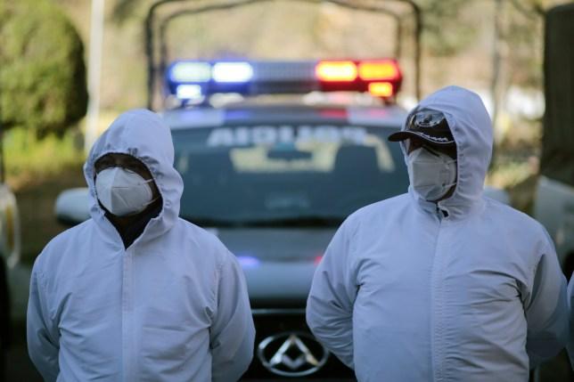 LA PAZ, BOLIVIE - 18 JUILLET: Des policiers et des agents de santé portant des EPI font la queue avant de commencer la recherche de policiers qui sont mis en quarantaine chez eux avec possiblement COVID-19 dans le cadre d'un test porte à porte pour le coronavirus aux policiers à domicile le 18 juillet 2020 à La Paz, Bolivie.  Selon l'OMS, la Bolivie compte plus de 56 100 cas positifs au COVID-19 et plus de 2 000 décès.  (Photo par Gaston Brito / Getty Images)