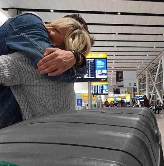 Andrew Monck et Rosanna Wilson s'embrassent à l'aéroport d'Heathrow.