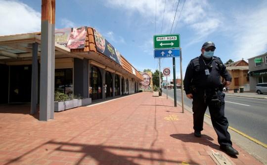 ADELAIDE, AUSTRALIE - 20 NOVEMBRE: La police à l'extérieur du Woodville Pizza Bar après avoir été annoncée qu'un travailleur du magasin avait menti aux autorités lors d'une enquête Covid, provoquant la fermeture de l'Australie du Sud le 20 novembre 2020 à Adélaïde, en Australie.  Le Premier ministre australien du Sud, Steven Marshall, a imposé des restrictions de verrouillage dans tout l'État pendant six jours alors que les autorités sanitaires s'efforcent de contenir une épidémie de COVID-19 dans la communauté.  Les nouvelles restrictions sont entrées en vigueur à 12 h 01 le jeudi 19 novembre, tous les Australiens du Sud devant rester chez eux pendant les six prochains jours et ne pouvant quitter leur domicile qu'à des fins essentielles.  Les gens ne peuvent pas quitter leur domicile pour faire de l'exercice et une seule personne par ménage peut visiter un supermarché par jour.  Toutes les écoles sont fermées, à l'exception des enfants des travailleurs essentiels et des enfants vulnérables, tandis que la garde des enfants ne sera ouverte qu'aux travailleurs essentiels.  Les soins aux personnes âgées et les soins aux personnes handicapées en établissement sont bloqués.  Les magasins d'alimentation à emporter, les restaurants, les bars, les cafés, les pubs et autres lieux de restauration sont fermés et les entreprises et l'industrie non essentielles fermeront leurs portes tandis que les mariages et les funérailles seront interdits pendant six jours.  L'utilisation de masques ou de revêtements faciaux à l'extérieur de la maison est encouragée mais pas obligatoire.  (Photo par Kelly Barnes / Getty Images)
