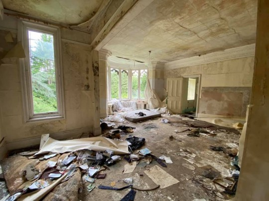 This huge living room lays empty and has been left to decay over the years in this abandoned mansion in london