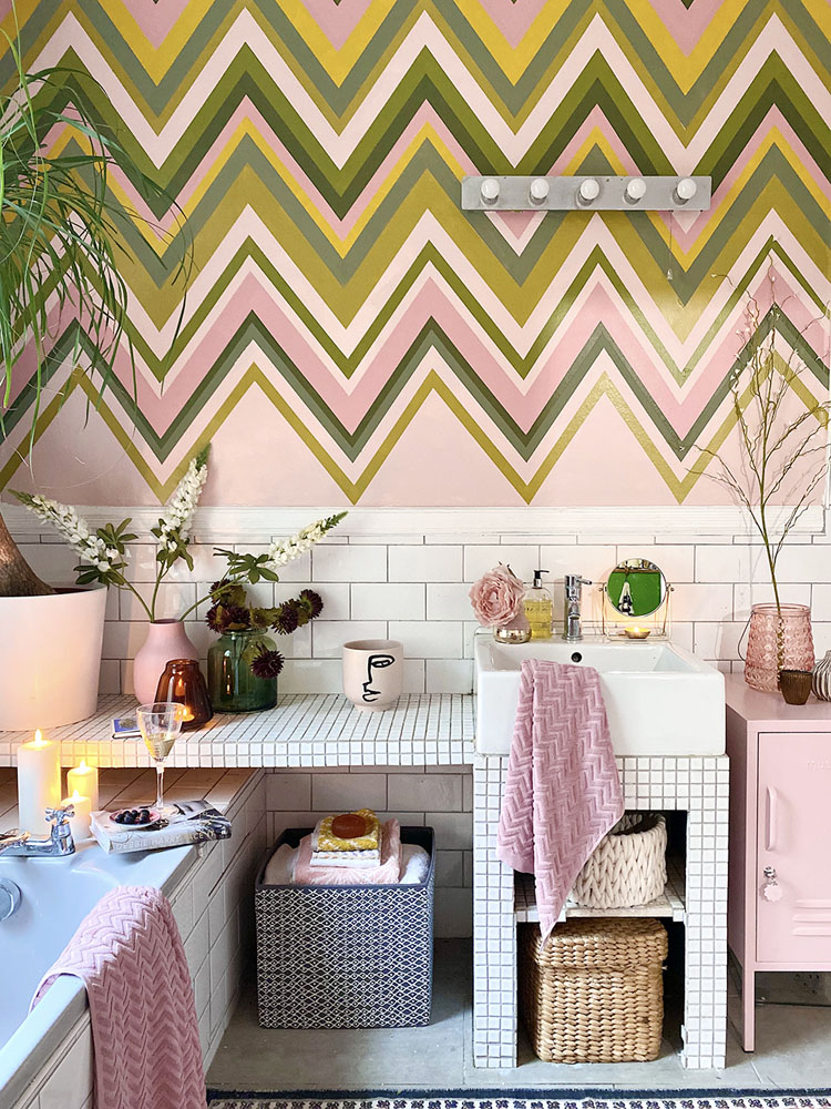 What I Rent: Anna, Crystal Palace - pink details in the bathroom