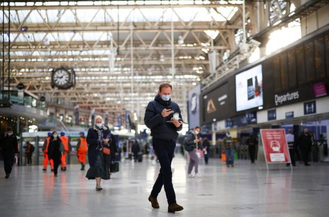 Les gens marchent dans la gare de Waterloo