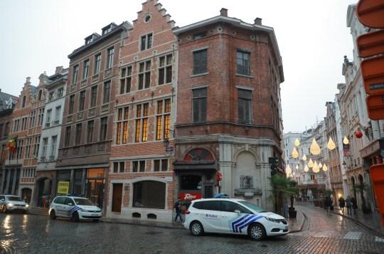 La police de la zone Bruxelles-Capitale-Ixelles a dû arrêter une soirée sexe avec 25 personnes présentes au-dessus d'un bar de la Steenstraat - Rue des Pierres.  Parmi les personnes présentes se trouvait également un député étranger du Parlement européen - Jozsef Szajer - qui aurait tenté de fuir la police à son arrivée par le toit.