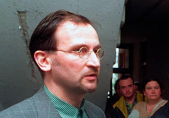 Jozsef Szajer, vice-président du Parti civique hongrois Fidesz, s'entretient avec les médias.  Le député hongrois du Parlement européen, Jozsef Szajer, le mardi 1er décembre 2020, a admis faire partie des personnes présentes à une fête illégale dissoute par la police belge dans le centre de Bruxelles la semaine dernière, au milieu des rapports de presse, il a participé à un verrouillage sexuel COVID-19 orgie.