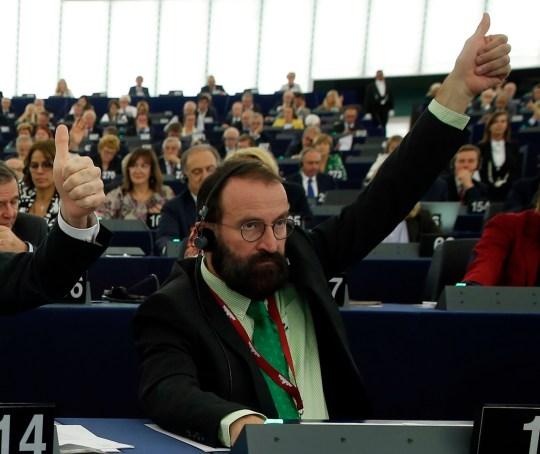 Désormais démissionnaire, le législateur européen Jozsef Szajer de Hongrie vote lors d'une session au Parlement européen à Strasbourg, dans l'est de la France.  Le député hongrois du Parlement européen, Jozsef Szajer, le mardi 1er décembre 2020, a admis faire partie des personnes présentes à une fête illégale dissoute par la police belge dans le centre de Bruxelles la semaine dernière, au milieu des rapports de presse, il a participé à un verrouillage sexuel COVID-19 orgie.