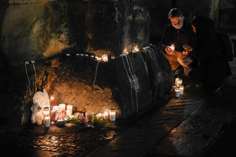 Les gens allument des bougies au monument historique, la Porta Nigra, ou Black Gate, pour les victimes après qu'une voiture a percuté des piétons à Trèves, dans le sud-ouest de l'Allemagne, le 1er décembre 2020.