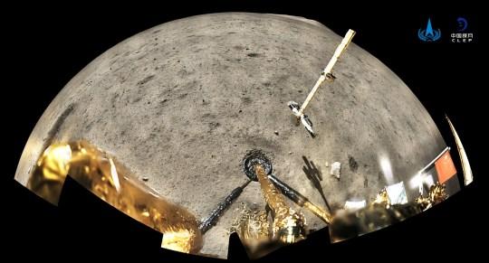 Le drapeau national chinois est vu déployé depuis le vaisseau spatial Chang'e-5 sur la lune, dans cette image panoramique fournie par l'Administration spatiale nationale chinoise (CNSA) le 4 décembre 2020. CNSA / Document via REUTERS À L'ATTENTION DES RÉDACTEURS - CETTE IMAGE A ÉTÉ FOURNIE PAR UNE TROISIÈME FÊTE.  PAS DE REVENTE.  PAS D'ARCHIVES.