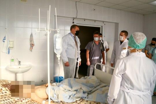 ASTRAKHAN, RUSSIE - 7 DÉCEMBRE 2020: Le gouverneur de la région d'Astrakhan, Igor Babushkin (L), visite l'hôpital clinique régional pour enfants de Silishcheva Astrakhan où 21 enfants ont été hospitalisés après un empoisonnement à la piscine publique Dynamo.  Selon les rapports de la direction régionale d'Astrakhan du ministère russe des urgences, dans la matinée du 7 décembre, 30 personnes, dont 21 enfants, ont été hospitalisées pour intoxication au chlore par la vapeur d'eau à la piscine publique Dynamo.  Bureau de presse du gouverneur de la région d'Astrakhan / TASS (Photo par TASS \ TASS via Getty Images)
