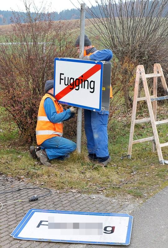 Les travailleurs échangent le signe de la ville de Fucking, désormais Fugging, le 2 décembre 2020 à Fucking, à environ 35 km au nord de Salzbourg, en Autriche.  - Les habitants d'un village autrichien sonneront la nouvelle année 2021 sous un nouveau nom - Fugging - après que le ridicule, en particulier sur les réseaux sociaux, soit devenu trop difficile à supporter.  Ils se sont finalement lassés de baiser.  (Photo de MANFRED FESL / APA / AFP) / Autriche OUT (Photo de MANFRED FESL / APA / AFP via Getty Images)