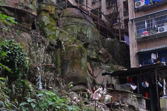 Une statue de Bouddha de 9 mètres de haut sans tête a été récemment découverte dans un complexe résidentiel à Chongqing, Chine,
