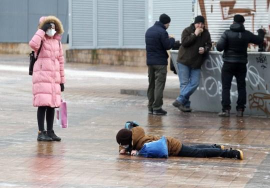 Crédit obligatoire: Photo de Pavlo Gonchar / SOPA Images / REX (11538981f) Un garçon est tombé en marchant sur un trottoir glissant après une forte pluie.  Kiev a été paralysée en raison de la détérioration des conditions météorologiques après des chutes de pluie verglaçante.En conséquence, les trottoirs et les routes ont été gelés, des embouteillages importants se sont formés et une augmentation significative des blessures de piétons et de nombreux accidents de la circulation se sont produits.  La pluie gelée a paralysé Kiev, Ukraine - 11 décembre 2020