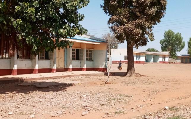 Une personne marche à l'école secondaire Government Science dans le district de Kankara, après avoir été attaquée par des bandits armés, dans le nord-ouest de l'État de Katsina, Nigéria le 12 décembre 2020. REUTERS / Abdullahi Inuwa PAS DE REVENTE.  PAS D'ARCHIVES