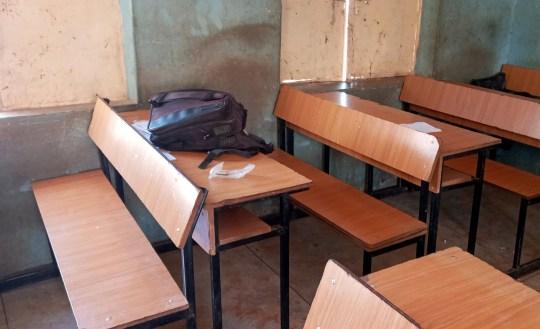 Un sac d'école est photographié dans une salle de classe de l'école secondaire Government Science du district de Kankara, après avoir été attaqué par des bandits armés, dans l'État de Katsina, au nord-ouest du Nigéria, au Nigéria, le 12 décembre 2020. REUTERS / Abdullahi Inuwa PAS DE REVENTE.  PAS D'ARCHIVES