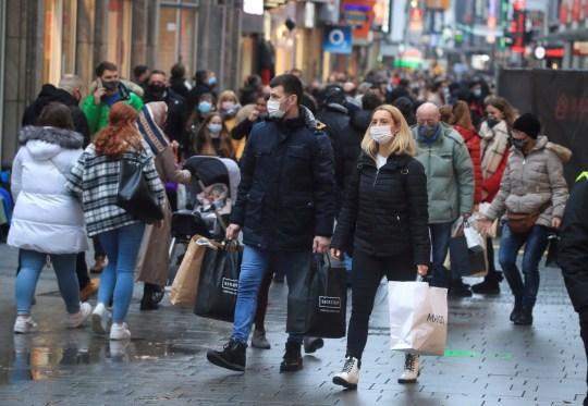 Les acheteurs de Noël portent un masque et remplissent la principale rue commerçante de Cologne Hohe Strasse (High Street) pendant la propagation de la pandémie de coronavirus (COVID-19) à Cologne, en Allemagne, le 12 décembre 2020.