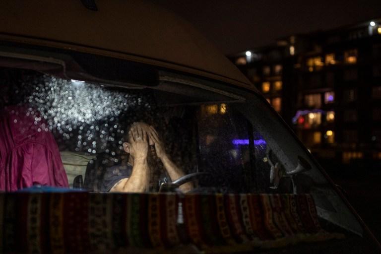 Un chauffeur espagnol est assis dans sa camionnette en attendant à l'entrée du port le 22 décembre 2020 à Douvres, en Angleterre.
